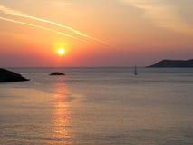 Zonsondergang, Overzees, Klippen, en Weinig Jacht Royalty-vrije Stock Afbeeldingen