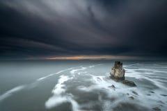Zonsondergang in overzees met rots Royalty-vrije Stock Fotografie