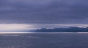 Zonsondergang in overzeese baai Stock Foto's