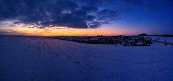 Zonsondergang - Panoramafoto Mooi de winterlandscape Hoogland - Tsjechische Republiek stock afbeelding