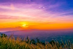 Zonsondergang in Pha Hou Nak van Chaiyaphum, Thailand stock fotografie