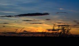Zonsondergang in platteland Stock Afbeeldingen