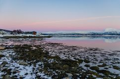 Zonsondergang in polair gebied dichtbij Tromso, Noorwegen Royalty-vrije Stock Afbeeldingen