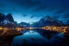 zonsondergang in Reine Village, Lofoten-Eilanden Stock Fotografie
