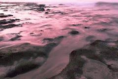 Zonsondergang, rotsen en overzees. Royalty-vrije Stock Foto's