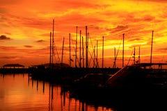 Zonsondergang, schemeringstreek over jachthaven Stock Foto