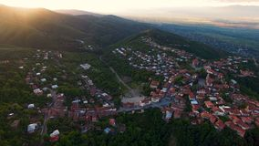 Zonsondergang in Sighnaghi-stad, verbazende die mening van huizen op groene heuvels, Georgië worden gevestigd stock video
