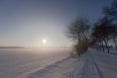 Zonsondergang in sneeuw en mist Royalty-vrije Stock Foto's