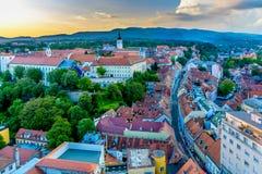 Zonsondergang in stad Zagreb, Kroatië royalty-vrije stock foto's