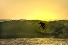 Zonsondergang surfer stock afbeeldingen