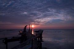 Zonsondergang tijdens eb bij de pier Royalty-vrije Stock Foto