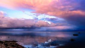 Zonsondergang tijdens een humeurig weer timelapse stock footage