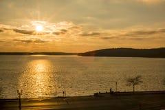 Zonsondergang tijdens een koude de winterdag door het meer Royalty-vrije Stock Foto