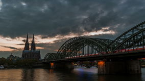 Zonsondergang timelapse van de Kathedraal van Keulen en Hohenzollern-Brug, stock video