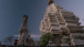 Zonsondergang timelapse van een tempel in Chiang Mai, Thailand stock footage