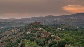 Zonsondergang timelapse van Vallei van tempels in Agrigento in Sicilië stock video