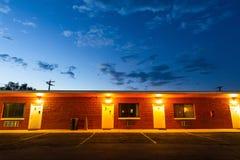 Zonsondergang in toeristisch motel De autoreis van de V.S. stock foto