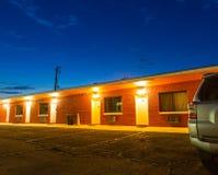 Zonsondergang in toeristisch motel De autoreis van de V.S. stock afbeelding