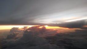 Zonsondergang tussen de wolken Stock Afbeelding