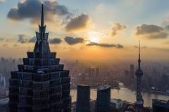 Zonsondergang van de Horizon van Shanghai en Silhouet van Moderne Megalopolis royalty-vrije stock fotografie