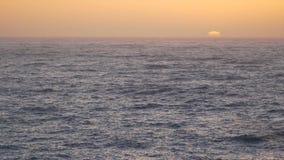 Zonsondergang van de kust van Californië stock video