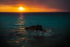 Zonsondergang van de kust wordt gezien die Stock Foto