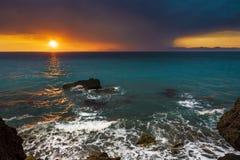 Zonsondergang van de kust wordt gezien die Stock Afbeeldingen