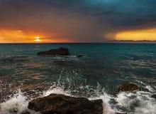 Zonsondergang van de kust wordt gezien die Stock Foto's