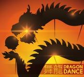Zonsondergang van de Lentefestival met Mening van Dragon Dance Silhouette, Vectorillustratie Royalty-vrije Stock Afbeelding