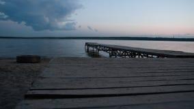 Zonsondergang van de pijler op het meer Royalty-vrije Stock Foto's