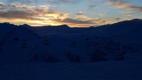 Zonsondergang van de winter de sneeuwbergen timelapse stock footage