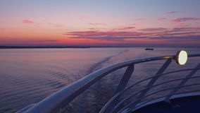 Zonsondergang van dek van cruiseschip dat wordt gezien