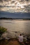 Zonsondergang van een bewolkte dag De rivier is behandeld in zilveren tonen stock afbeeldingen