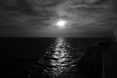 Zonsondergang van een boot stock fotografie