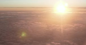 Zonsondergang van een vliegtuigvenster bij 10000 meters met veelvoudige niveaus van wolken stock video