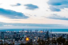 Zonsondergang van haven van Beiroet met een aardig wolkenpatroon stock afbeelding