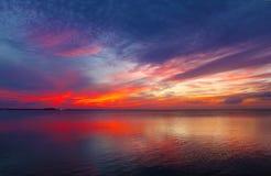 Zonsondergang van het Eiland die van de Zuidenaalmoezenier naar het Vasteland kijken Stock Foto