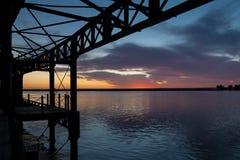 Zonsondergang van het Tinto-dok in Huelva royalty-vrije stock afbeeldingen