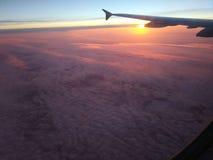 Zonsondergang van het vliegtuigvenster stock foto's