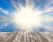 Zonsondergang van houten pier wordt gezien die vector illustratie