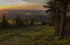 Zonsondergang van Jedlova-heuvel in Luzicke-bergen stock foto's