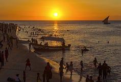 Zonsondergang van Steenstad in Zanzibar, Tanzania Een traditionele dhow n stock afbeelding