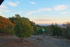 Zonsondergang vanaf de bovenkant van de heuvel ñielol stock afbeeldingen