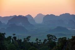 Zonsondergang vanuit het gezichtspunt van Wat Tham Seua Stock Foto