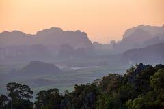 Zonsondergang vanuit het gezichtspunt van Wat Tham Seua Royalty-vrije Stock Foto