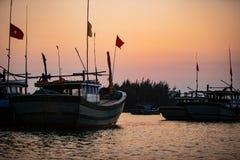 Zonsondergang in Vietnam over de Rivier met Vissersboten stock afbeeldingen