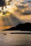 Zonsondergang visserijsilhouetten van vissers in een kleine boot royalty-vrije stock foto's