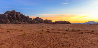 Zonsondergang in Wadi Rum Desert, Jordanië royalty-vrije stock afbeelding