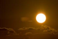 Zonsondergang in wolken Stock Foto