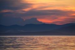 Zonsondergang, wolken en bergen Royalty-vrije Stock Fotografie
